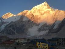 Sun que brilla sobre la montaña de Nuptse, Nepal imagen de archivo libre de regalías
