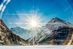 Sun que brilla sobre las montañas en Bessans foto de archivo