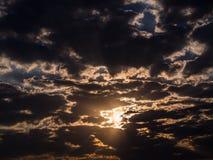 Sun que brilla a través de Gray Clouds imagen de archivo