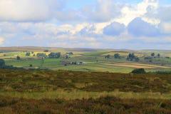 Sun que brilla a través de las nubes en los campos, North Yorkshire Foto de archivo libre de regalías