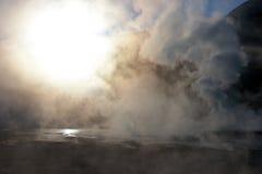 Sun que brilla a través del vapor en el campo del géiser, Chile Imagen de archivo libre de regalías