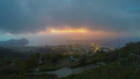 Sun que desce além do horizonte, vista surpreendente na cidade da noite, lapso de tempo do por do sol filme