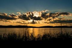 Sun que esconde atrás das nuvens, durante um por do sol bonito acima de Hudson River, Tarrytown, do norte do estado New York, NY imagem de stock royalty free