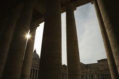 Sun que espreita através das colunas doric. Imagem de Stock