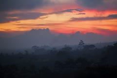 Sun que fija sobre Bali foto de archivo