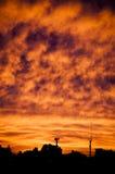 Sun que fija sobre una pequeña ciudad Imagen de archivo libre de regalías