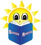 Sun que leía un libro tituló la lectura del verano Imágenes de archivo libres de regalías