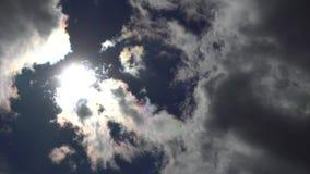 The Sun que move-se através do céu e das nuvens Opinião bonita do céu Tempo real 4K vídeos de arquivo