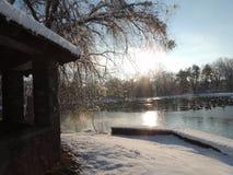 Sun que reflete no lago gelado fotos de stock royalty free