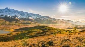 Sun que se mueve sobre Autumn Mountains y el valle almacen de metraje de vídeo