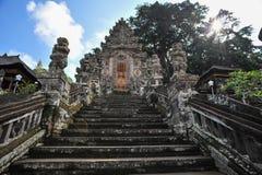 Sun que sube de las puertas de un templo hindú antiguo de Balinesse Fotos de archivo libres de regalías