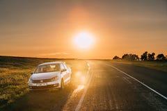 Sun que sube sobre VW Volkswagen Polo Vento Sedan Car Parking cerca fotografía de archivo libre de regalías