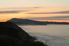 Sun que va abajo detrás del jaizkibel de la montaña en la visión vertical Foto de archivo
