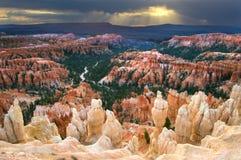 Sun quebra através das nuvens escuras sobre o ponto da inspiração em Bryce Canyon National Park foto de stock royalty free