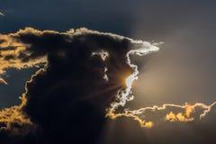 Sun, raggi di sole, nuvola arancio, alba, cielo Immagini Stock