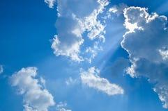 Sun, rayo de sol, nube y cielo azul Fondo y textura fotografía de archivo