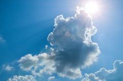Sun, rayo de sol, nube y cielo azul Fondo y textura foto de archivo libre de regalías
