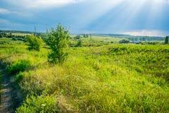Sun rayonne au ciel de tempête sous une vallée photo libre de droits