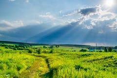 Sun rayonne au ciel de tempête sous une vallée photographie stock libre de droits