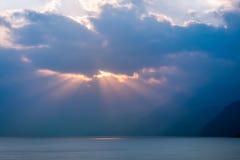 Sun rayonne au coucher du soleil sur le lac Atitlan, Guatemala Images libres de droits