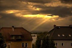 Sun rays das Glänzen durch die Wolken Stockbild
