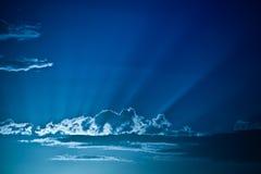 Sun rays durch Wolken in einem blauen Himmel stockfoto