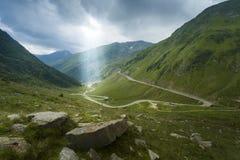 Sun rays il paesaggio della montagna fotografie stock libere da diritti