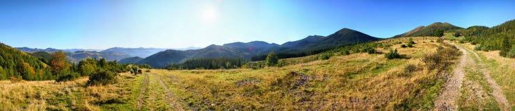 Sun rays il paesaggio della montagna fotografia stock