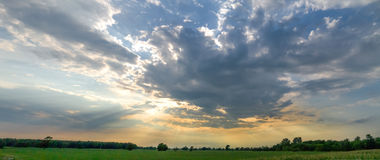 Sun rays lucidare attraverso le nubi Fotografia Stock