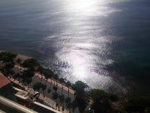 Sun reflejó en las ondas del malecon Santo Domingo de la costa costa del mar del Caribe foto de archivo