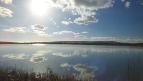 Sun reflektierte sich über einem englischen See Stockbild