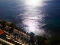 Sun reflektierte sich in den Wellen des karibisches Seeküstenlinie malecon Santo Domingo Stockbilder