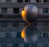 Sun-Reflexion im Ball des Stahls stockfoto