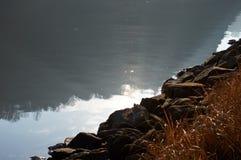 Sun-Reflexion im Flusswasser Lizenzfreies Stockfoto