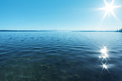 Sun-Reflexion im Wasser stockbild