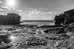 Sun-Reflexion im Wasser, felsige Bucht, Mittelmeer, Israel Schwarzweiss-Foto Pekings, China stockfotografie