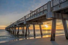 Sun-Reflexionen im Ozean in Jacksonville setzen Pier auf den Strand stockbild