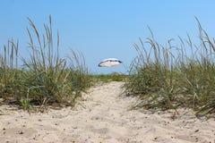 Sun-Regenschirm auf dem Strand Stockfoto