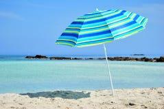 Sun-Regenschirm und Meer Stockfotos