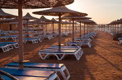 Sun-Regenschirm- und -strandbetten Stockbild
