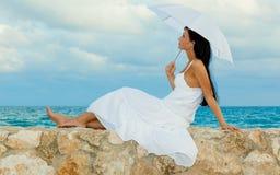 Sun-Regenschirmfrau auf Küste Lizenzfreies Stockfoto