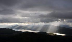 Sun repartió a través de las nubes sobre el lago Linnhe, Glencoe Foto de archivo libre de regalías