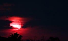 Sun rosso alla notte immagini stock