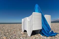 Sun-Ruhesessel auf einem pebblestone Strand Stockfoto