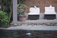Sun-Ruhesessel mit Matratzen und Tüchern lizenzfreies stockbild