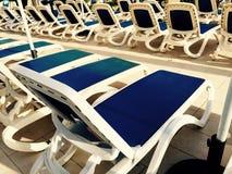 Sun-Ruhesessel und -sunbeds Stockfotografie