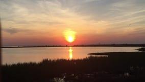 Sun-Sätze über dem Wasser stock video footage