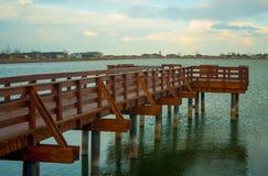 Sun-Sätze auf See und Pier stockfotografie