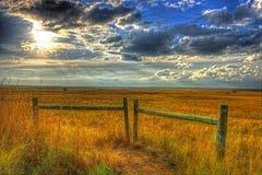 Sun s'abaissant vers la fin des cieux d'après-midi au-dessus des plaines du Mid-West HDR Image libre de droits