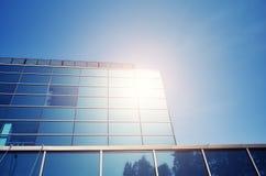 Sun s'est reflété dans un immeuble de bureaux moderne Photo libre de droits